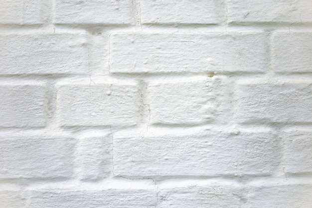 Ściana budynku z cegieł pomalowanych w białym wapnie