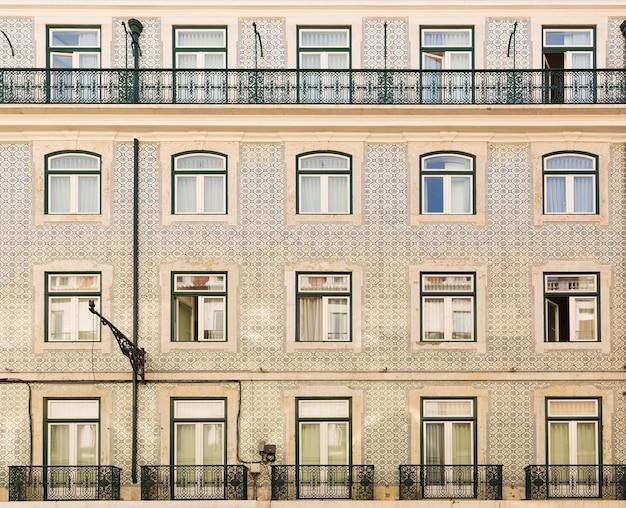 Ściana budynku z oknami i balkonami