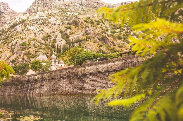 Ściana czarnogórskiego starego miasta kotor