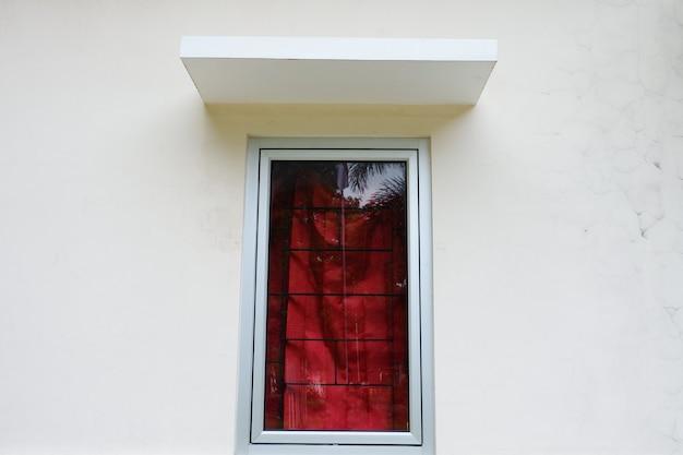 Ściana domu z zamkniętymi oknami.