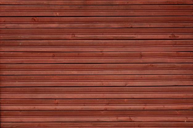 Ściana drewniana wykonana z poziomych listew w kolorze czerwonym