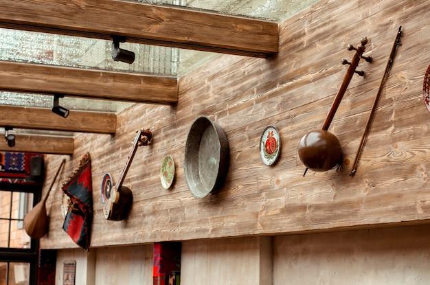 Ściana ozdobiona azerbejdżańskimi tradycyjnymi instrumentami muzycznymi