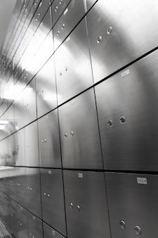 Ściana panelu sejfu metalowego. koncepcja bezpieczeństwa i ochrony bankowej.