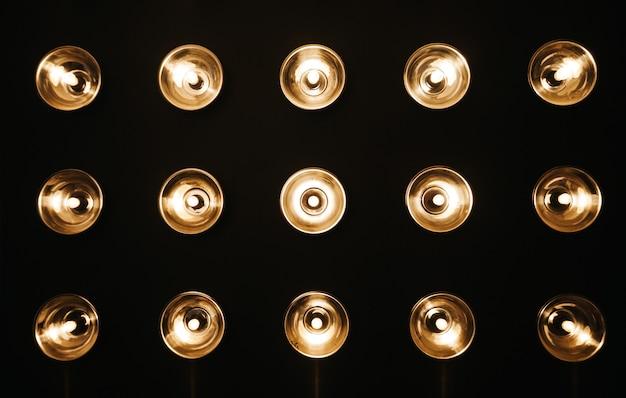 Ściana pokoju z lampami