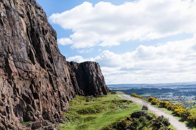 Ściana skalna na wzgórzu carlton w edynburgu, szkocja,