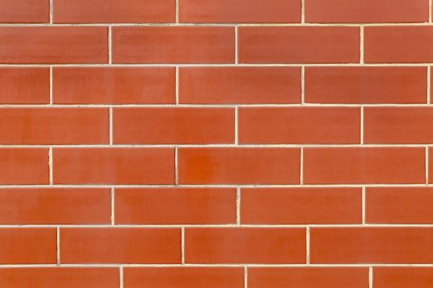 Ściana strukturalna z czerwoną, polerowaną płytką licową w formie cegieł