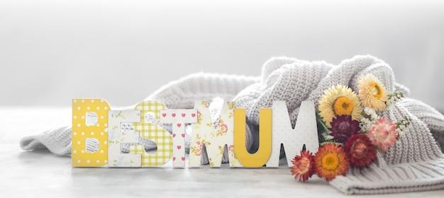 Ściana świąteczna z okazji dnia matki, z kwiatami i napisem.