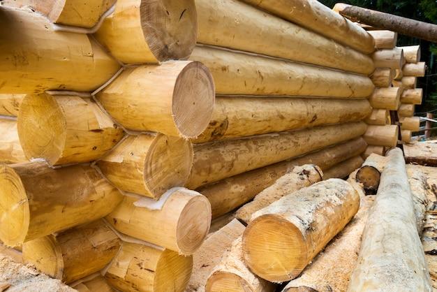 Ściana w budowie wiejskiego domu drewnianego. szczegóły domu z bali.