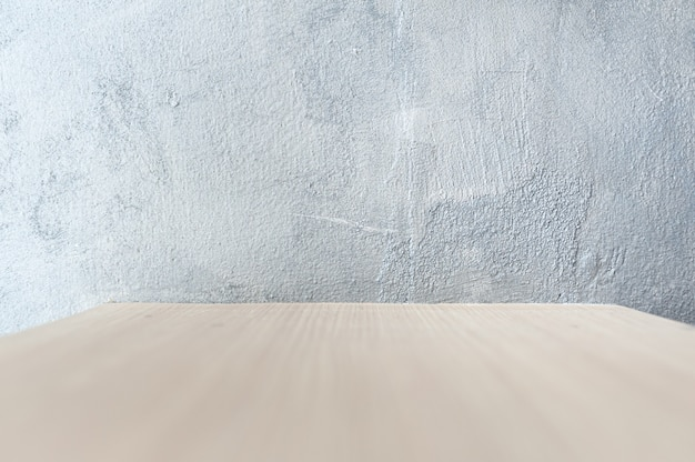 Ściana w tle jest otynkowana szarym lakierem na powierzchni drewna. do umieszczania przedmiotów obrabianych do prezentacji