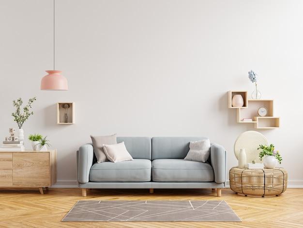 Ściana wewnętrzna salonu ma sofę i dekoracje