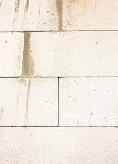 Ściana wykonana z białego lekkiego bloczka betonowego. strzał zbliżeniowy