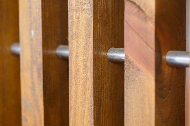 Ściana wykonana z listew drewnianych, naturalnych materiałów do renowacji