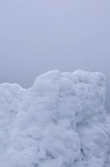 Ściana wykonana ze śniegu na wiejskim polu.