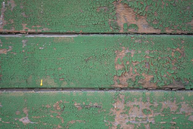 Ściana wykonana ze starych desek z resztkami zielonej farby