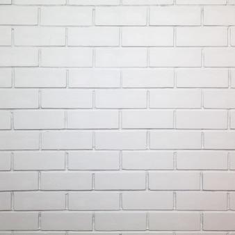 Ściana z białych cegieł, na tle.