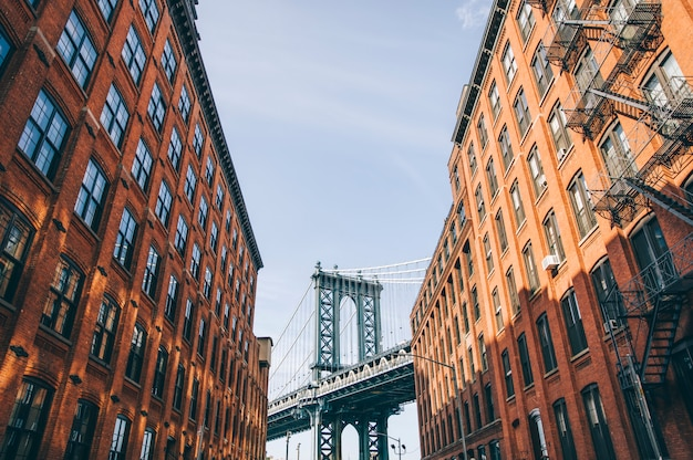 Ściana z cegieł budynki i manhattan most w brooklyn miasto nowy jork, stany zjednoczone