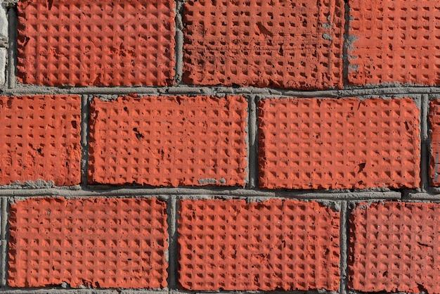 Ściana z czerwonej lekkiej cegły.