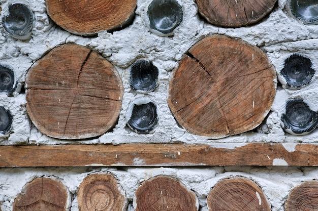 Ściana z domu z bali i szklane butelki