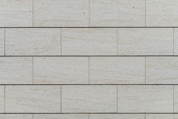 Ściana z dużych bloków marmuru trawertynowego