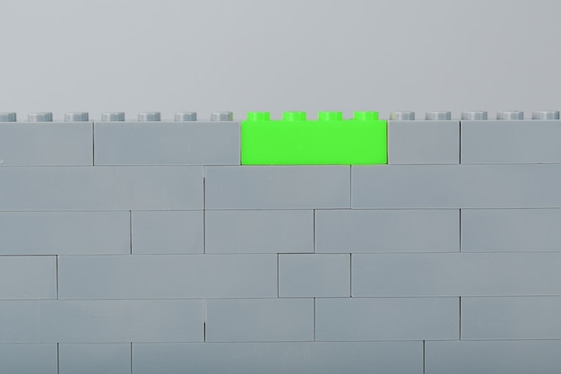Ściana z elementów dziecięcego zestawu konstrukcyjnego z jasnozielonych cegieł