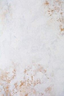 Ściana z jasnobrązowego kamienia lub łupka
