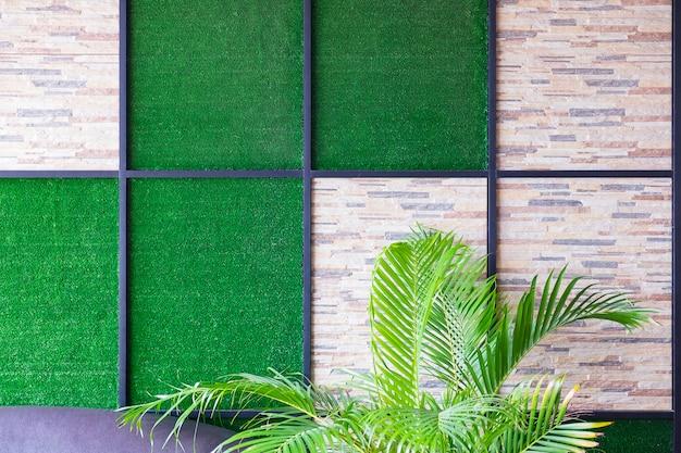 Ściana z kamienia i sztucznej trawy