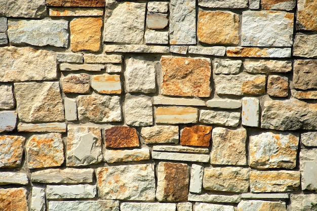 Ściana z kamienia naturalnego, trawertynu lub piaskowca. naturalna tekstura.