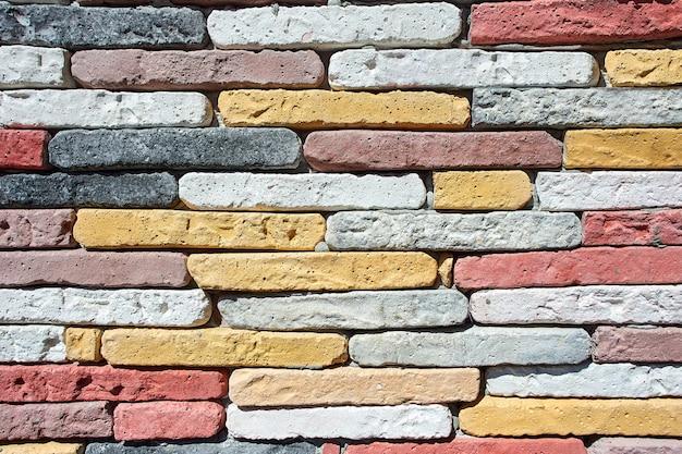 Ściana z kolorowych domowych cegieł jako tekstury na tło