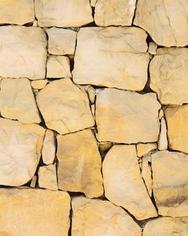Ściana z naturalnego brązowego kamienia