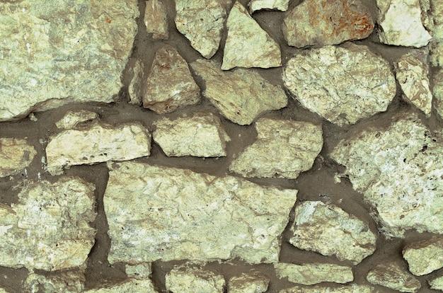 Ściana z naturalnego trawertynu. trawertyn - kamień naturalny do wyposażenia i okładzin elewacji budynków i wnętrz