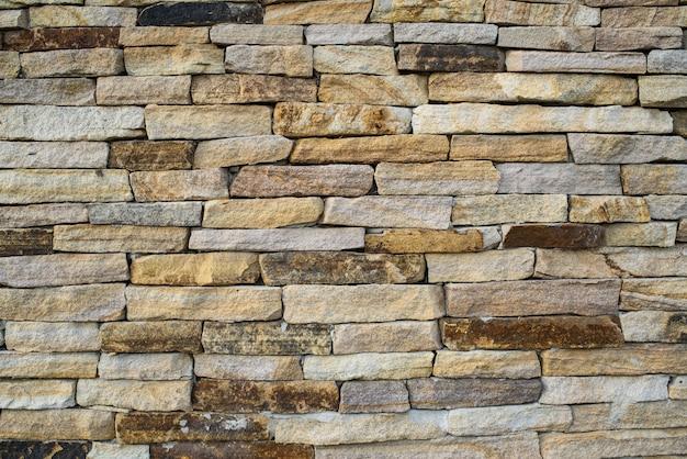Ściana z pięknego kamienia na ulicy. tło. tekstura.