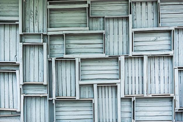 Ściana z szarych drewnianych skrzyń, projekt koncepcyjny i dekoracja domów wiejskich w stylu loftu