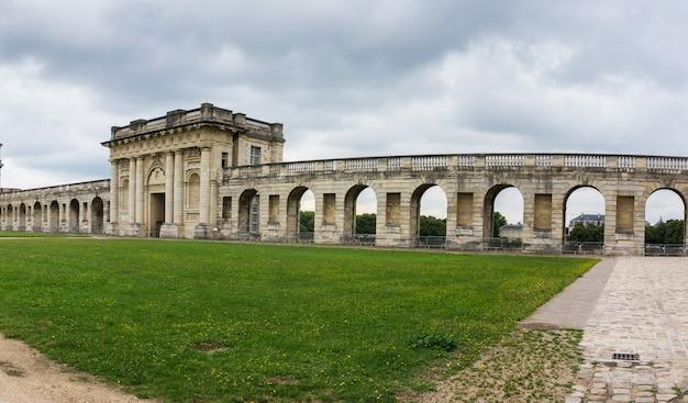 Ściana zamku vincennes w paryżu. francja. chateau de vincennes - królewska forteca z xiv - xvii wieku