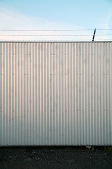 Ściana zwieńczona drutem kolczastym