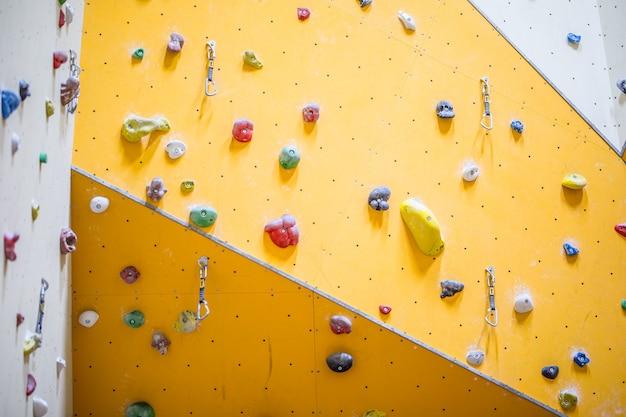 Ścianka wspinaczkowa. ścianka wspinaczkowa z kolorowymi skałami.