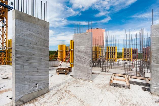 Ściany betonowe ze zbrojeniem nowego domu monolitycznego w budowie