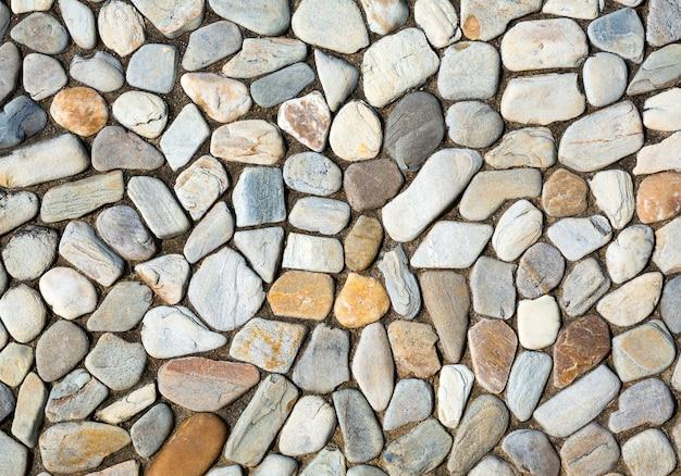 Ściany są ozdobione małymi kamieniami na tle.