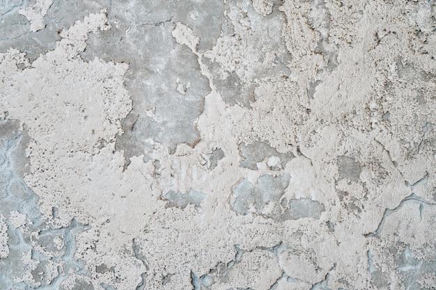Ściany z teksturą tła bielone wapnem.