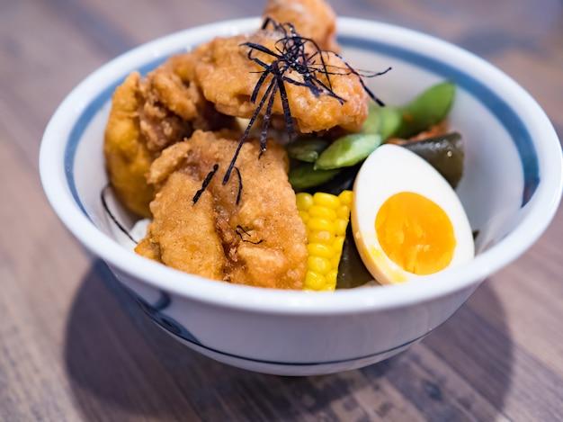 Ścięgna z kurczaka smażone w głębokim tłuszczu na ryżu.