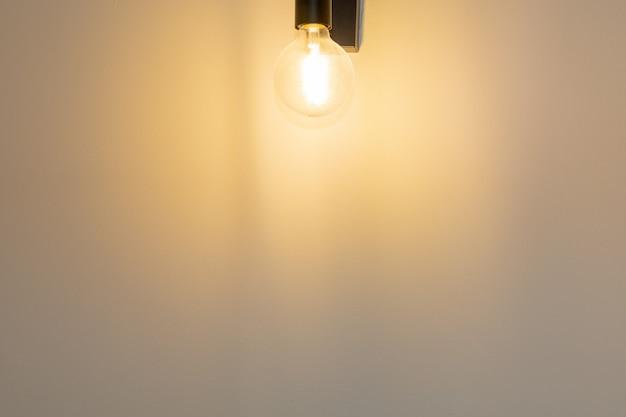 Ścienny tło z wieszać jaskrawą lampę