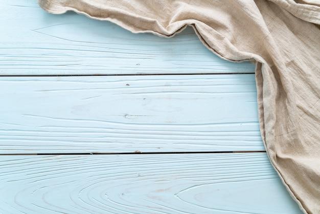 Ściereczka kuchenna na niebieskiej powierzchni drewnianej