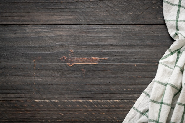 Ściereczką kuchenną (serwetka) na tle drewna