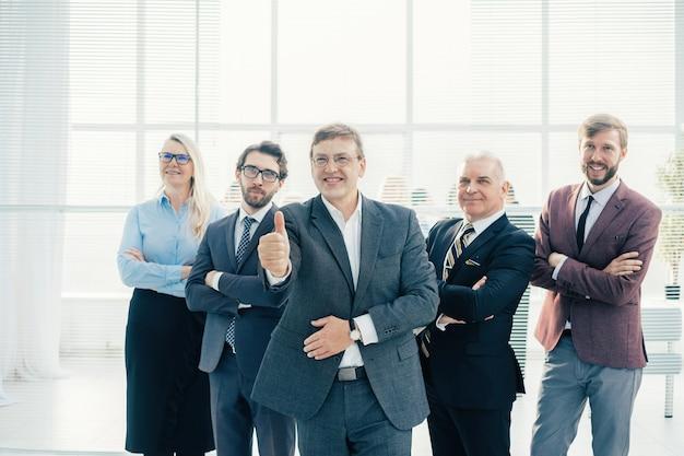 Ścieśniać. ambitny biznesmen z kciukiem do góry