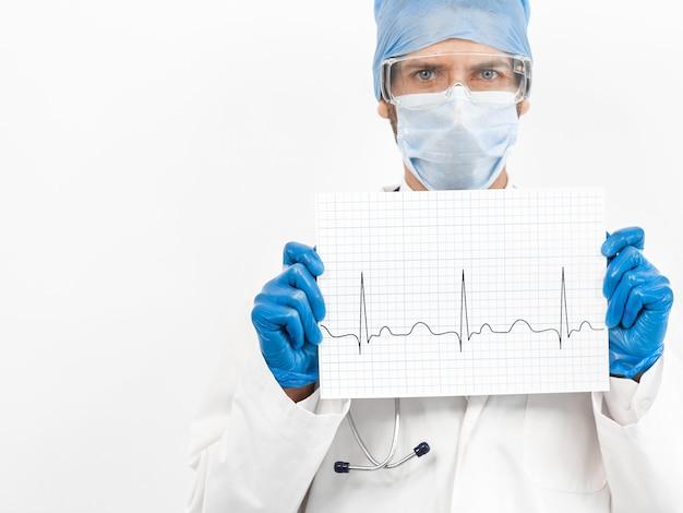 Ścieśniać. arkusz z kardiogramem w rękach lekarza.