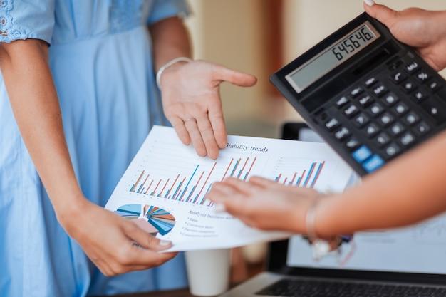 Ścieśniać. biznes kobieta omawia wykres finansowy z kolegą. pomysł na biznes.