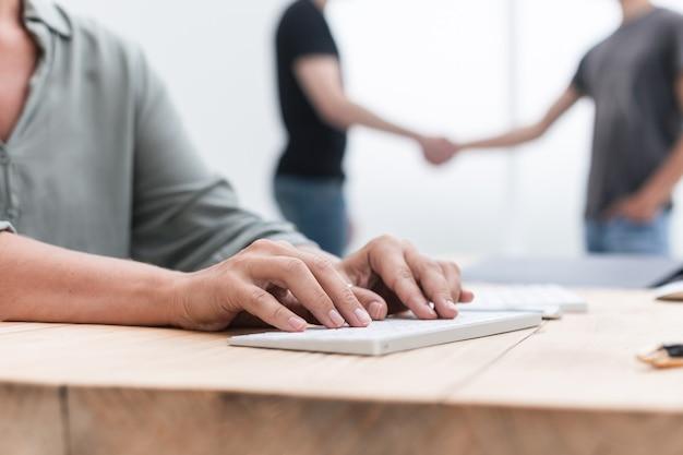 Ścieśniać. biznes kobieta wpisywanie tekstu na klawiaturze komputera osobistego. biznes i edukacja
