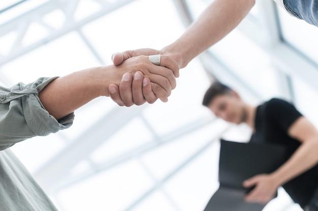 Ścieśniać. biznes uścisk dłoni na rozmytym tle. zdjęcie z kopią przestrzeni.