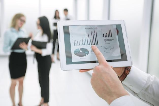 Ścieśniać. Biznesmen Dotykając Ekranu Cyfrowego Tabletu. Ludzie I Technologia Premium Zdjęcia