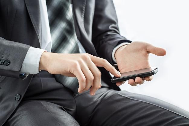Ścieśniać. biznesmen dotykając ekranu telefonu komórkowego