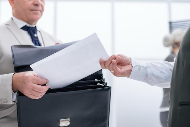 Ścieśniać. biznesmen otrzymujący dokument od pracownika banku. pomysł na biznes